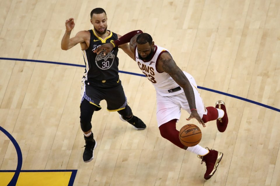 LeBron James, right, and Stephen Curry both tweeted that 2020 has so far been a year that needs to be shut down in the wake of bad news, the latest of which was the decision Wednesday to shut down the season over the coronavirus outbreak - EZRA SHAW / ©AFP