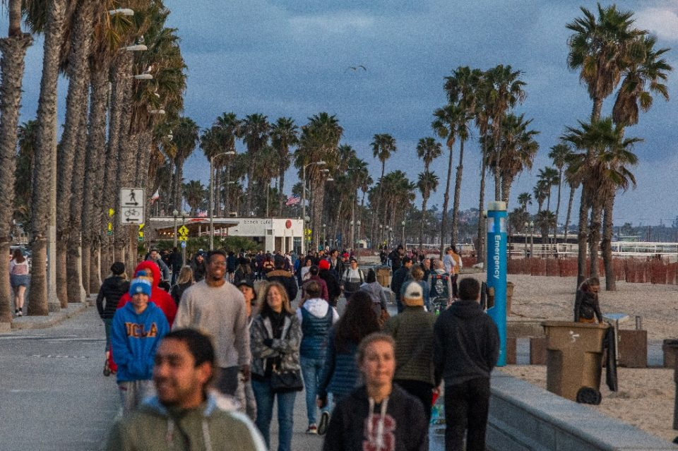 Californians are under orders to stay home, but crowds continue to flock to the state's beaches - Apu GOMES / ©AFP