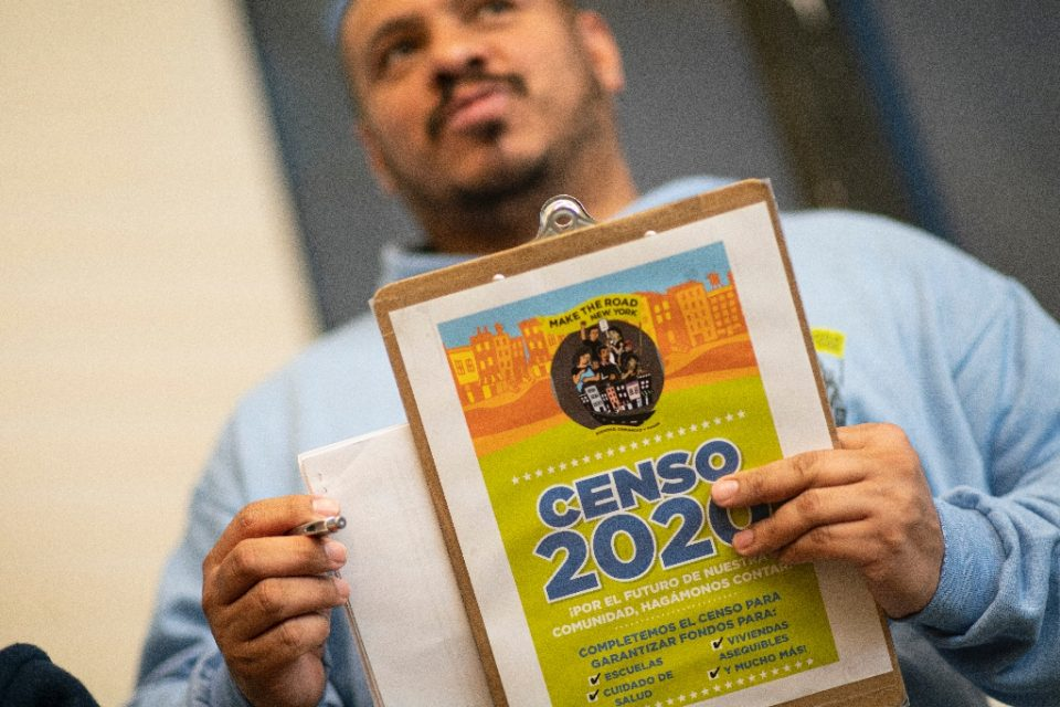 Douglas Carrasquel, who works with the group Make the Road New York, makes about 200 calls every day urging people to take part in the US Census - Kena Betancur / ©AFP