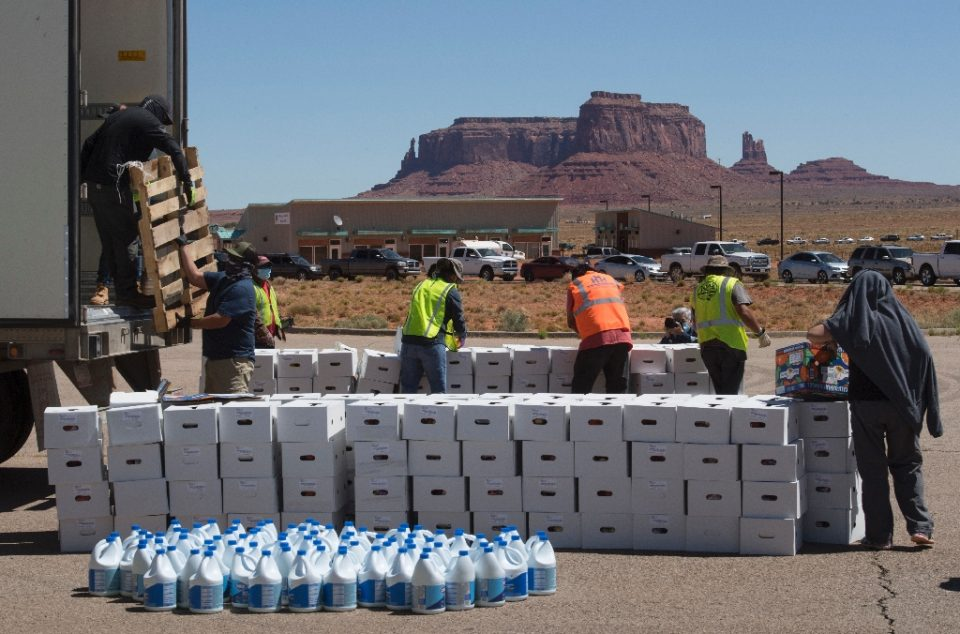 Several hundred cars form a line for aid distribution, many arriving several hours early - Mark RALSTON / ©AFP