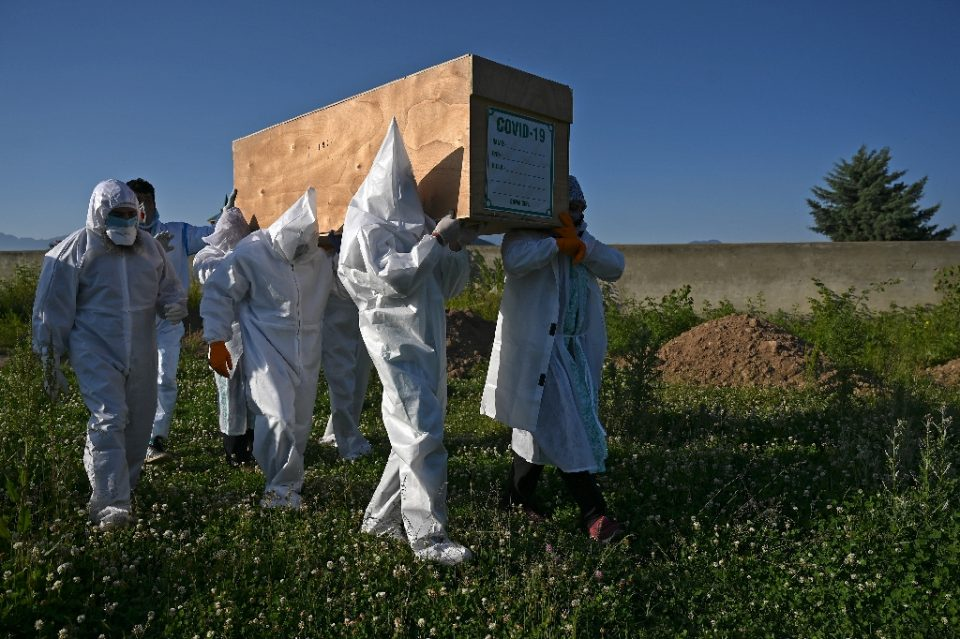 Relatives wear PPE to carry the coffin of a COVID-19 victim in Kashmir (AFP Photo/TAUSEEF MUSTAFA)
