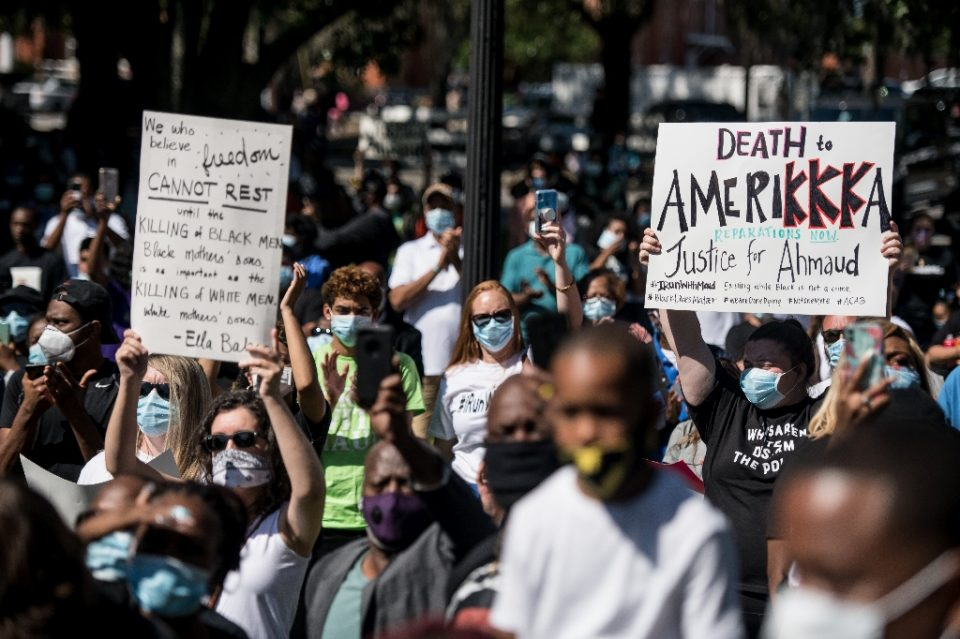 Demonstrators protest the shooting death of Ahmaud Arbery at the Glynn County Courthouse on May 8, 2020 in Brunswick, Georgia - Sean Rayford / ©AFP