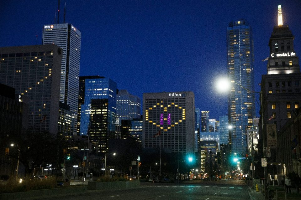 """A light-up heart is seen in downtown Toronto on April 29, 2020 in support of health care workers during the COVID-19 pandemic - Cole BURSTON / ©AFP"""