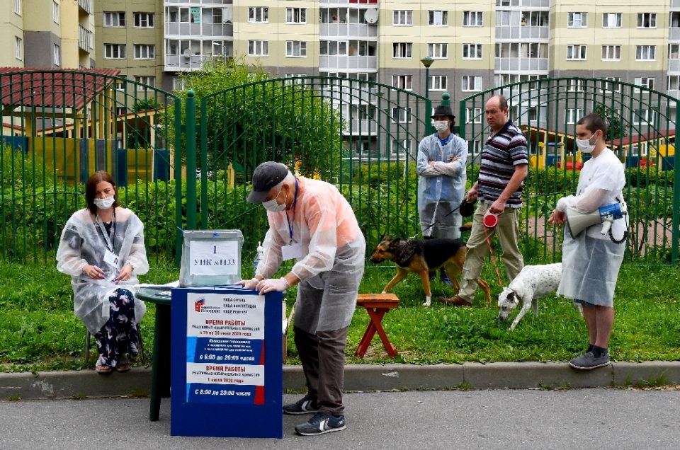 Makeshift polling stations popped up throughout the country last Thursday, when Russians started voting outdoors (AFP Photo/OLGA MALTSEVA)