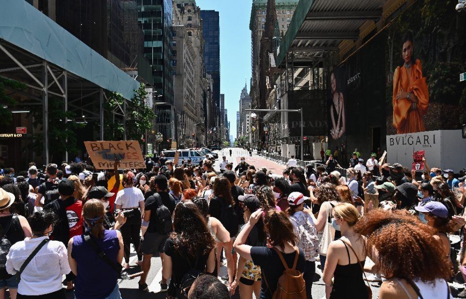 Demonstrators in New York protest against police brutality and racial inequality at Trump Tower on 5th Avenue on June 12 - Angela Weiss / ©AFP