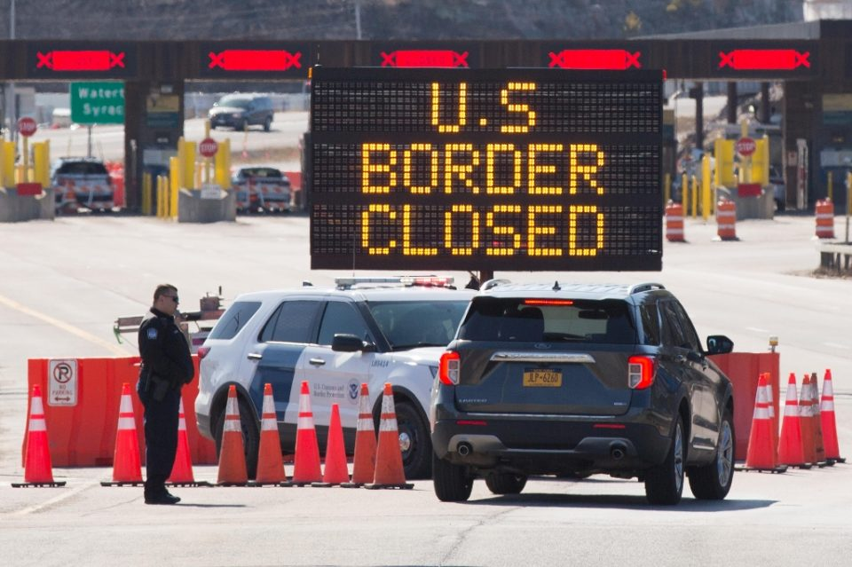 US customers officers speak the the passengers of a car at the Canadian border in March 2020, when the crossing was closed to stem the spread of the novel coronavirus - Lars Hagberg / ©AFP