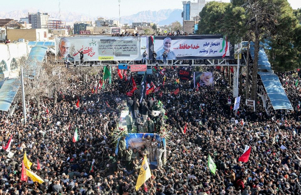 Iranian mourners gather around a vehicle carrying the coffin of slain top general Qasem Soleimani during the final stage of funeral processions, in his hometown Kerman on January 7, 2020 - ATTA KENARE / ©AFP