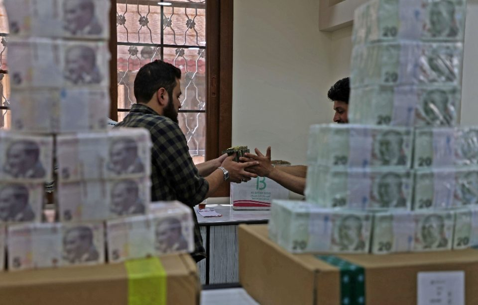 Employees sort Turkish lira banknotes at a bank in the town of Sarmada in Syria's northwestern Idlib province - AAREF WATAD / ©AFP