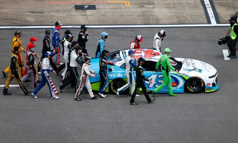 NASCAR drivers push the #43 Chevrolet of Bubba Wallace to the front of the grid as a sign of solidarity with the driver prior to a race at Talladega Superspeedway in Alabama - Brian Lawdermilk / ©AFP