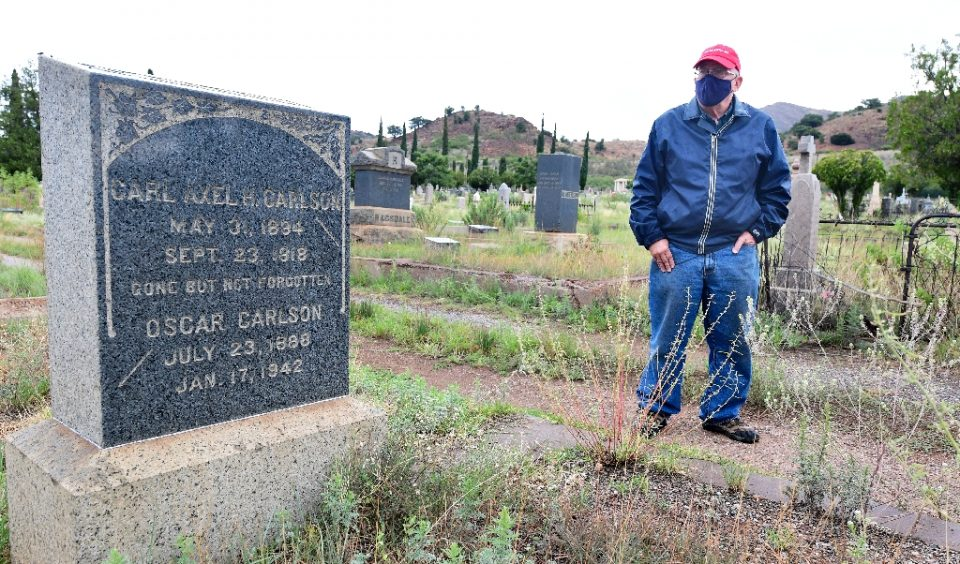 Historian and author Dave Anderson stands beside the grave of Army Private Carl Axel Carlson who died of the Spanish Flu in 1918 - Frederic J. BROWN / ©AFP