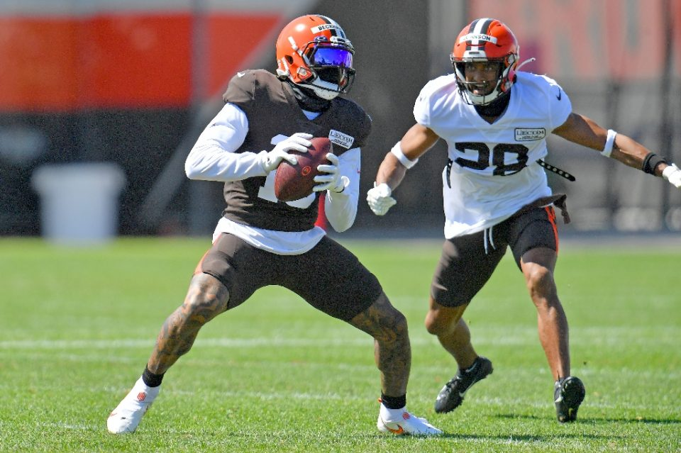 Cleveland Browns cornerback Kevin Johnson, at right guarding receiver Odell Beckham Jr. in practice, has been hospitalized with a lacerated liver, the NFL club announced Thursday - Jason Miller / ©AFP