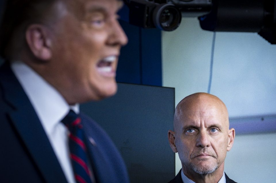 Stephen Hahn, commissioner of the Food and Drug Administration (r) watches as President Donald Trump (l) speaks at the White House - Pete Marovich / ©AFP