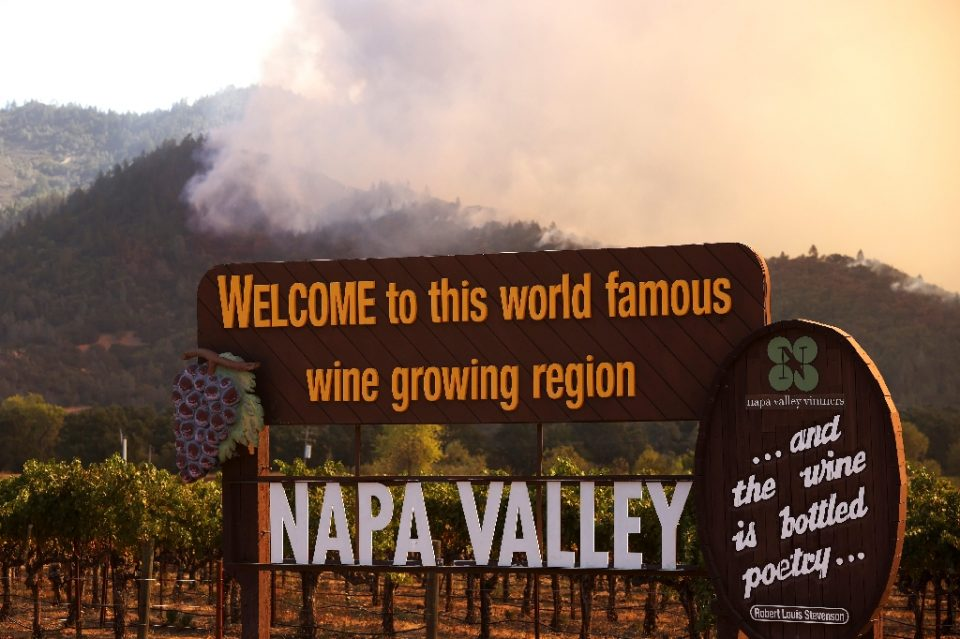 Wildfire rips through the world-famous Napa Valley, with smoke rising from the fast-moving Glass Fire on hills on September 27, 2020 in Calistoga, California - JUSTIN SULLIVAN / ©AFP