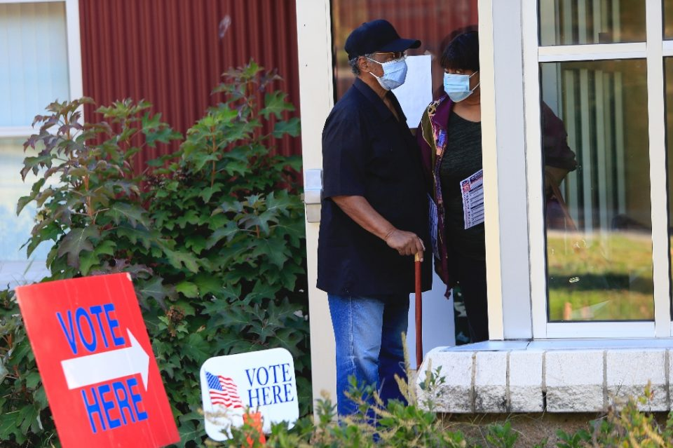 Voters wait in line to cast their ballots early in Asheville, North Carolina - Brian Blanco / ©AFP