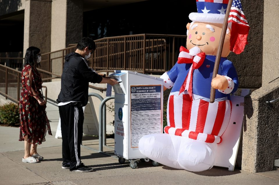 SAN JOSE, CALIFORNIA - OCTOBER 13: A voter drops off his ballot in a box outside of the Santa Clara County registrar of voters office on October 13, 2020 in San Jose, California. - JUSTIN SULLIVAN / ©AFP
