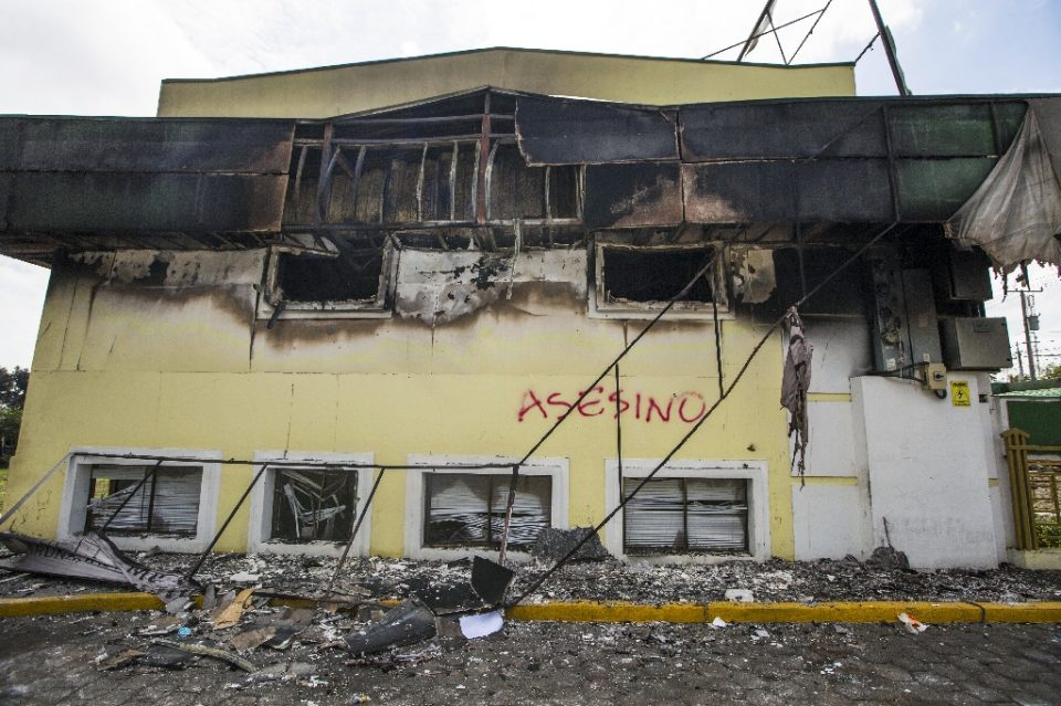 The building of Caruna, a Nicaraguan bank that has been hit by US sanctions over corruption allegations, is set on fire during 2018 protests in the capital Managua - INTI OCON / ©AFP