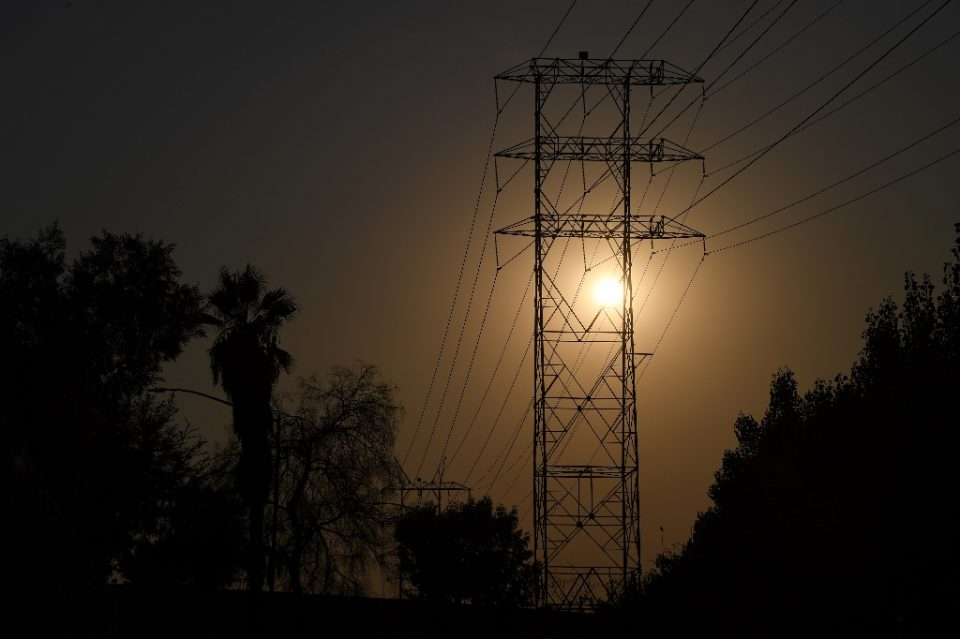 Electrical power lines are seen in Los Angeles on August 19, 2020 during a triple-digit heatwave - Robyn Beck / ©AFP