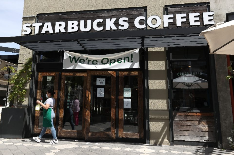 Starbucks plans to lift wages for US employees by at least 10 percent - JUSTIN SULLIVAN / ©AFP