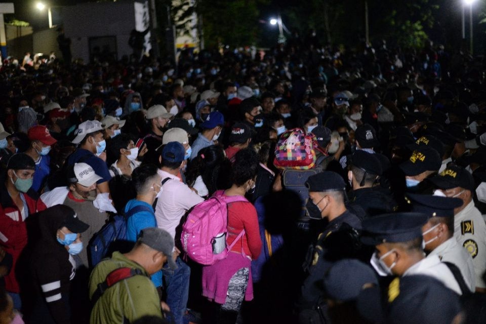 The Honduran migrants set off along side roads with backpacks, some with the Honduras flag, many with small children in their arms, and most with facemasks to protect against the coronavirus - Orlando SIERRA / ©AFP