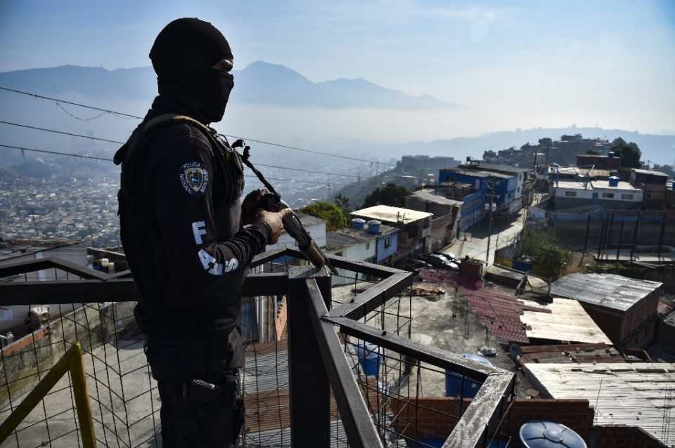 A member of Venezuela's special forces stands guard during a police operation in a Caracas neighborhood in April 2019 - STR / ©AFP